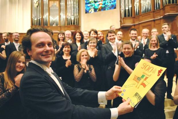 Ostatni z zagranych na Florydzie koncertów był dziewięćsetnym poprowadzonym przez Massimiliana Caldiego. Muzycy orkiestrowi wręczyli mu ręcznie zrobioną, okolicznościową laurkę.