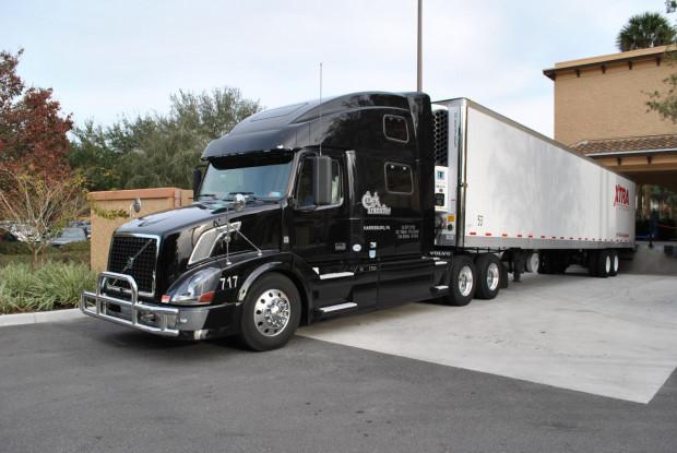 Oto jedna z ciężarówek, którymi przewożony jest niezbędny sprzęt podczas amerykańskiej trasy Orkiestry PFB.