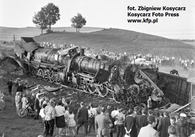 Skutki katastrofy kolejowej pod Kościerzyną.