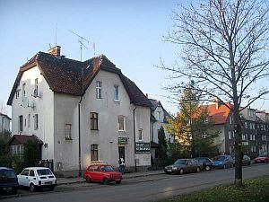 Zniekształcone przez modernizację domy przy ul. Bolesława Chrobrego.