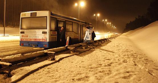 Kierowca zostawił autobus i poszedł szukać telefonu, by wezwać pomoc.