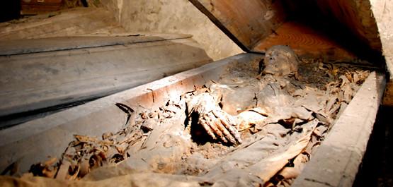 W krypcie gdańskiego kościoła pw. Bożego Ciała znajduje się trumna, w której leżą zmumifikowane zwłoki - prawdopodobnie jednego z kapłanów.