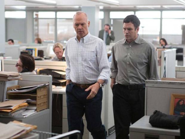 """Atutem """"Spotlight"""" jest znakomity klimat dziennikarskich śledztw, bardzo dobry scenariusz i świetne aktorstwo na czele z Michaelem Keatonem i Markiem Ruffalo. Ten drugi (razem z Rachel McAdams) został wyróżniony nominacją do Oscara za drugoplanową rolę."""