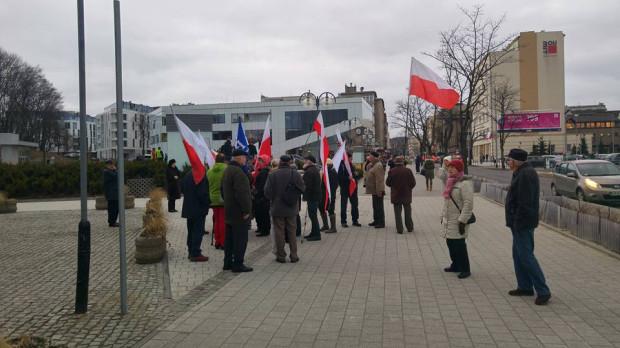 Na razie po teatrem zebrało się kilkanaście osób. Mają flagi narodowe oraz chorągiew z logo PiS.