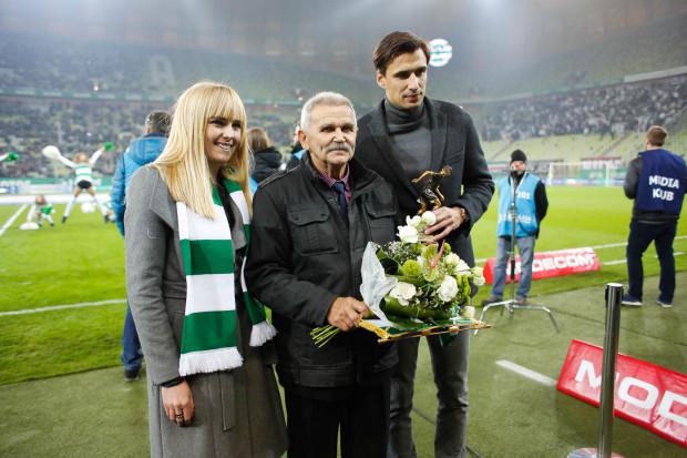 Agata Kowalska (z lewej) została ponownie przewodniczącą Rady Nadzorczej. Na zdjęciu podczas nagradzania Bogdana Adamczyka (w środku), najskuteczniejszego strzelca biało-zielonych w historii meczów w ekstraklasie.