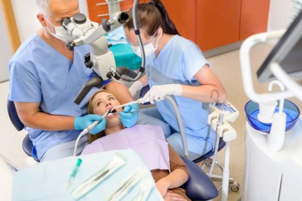 Wskazaniem do leczenia kanałowego pod mikroskopem są m.in. wąskie lub zarośnięte kanały i zakrzywione korzenie. W takich wypadkach mikroskop umożliwia wgląd do wnętrza zęba.