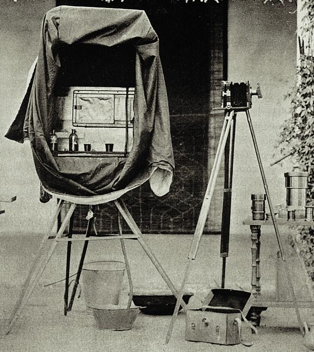 Zestaw fotografa epoki mokrego kolodionu.