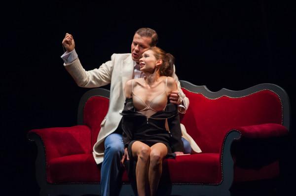 """Nagie sceny zdarzają się także w przedstawieniach Teatru Miejskiego w Gdyni, m.in. w """"Biesach"""" w reż. Krzysztofa Babickiego."""