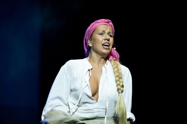 """W Teatrze Muzycznym w Gdyni niewiele jest spektakli, gdzie aktorzy są rozbierani. Tak dzieje się na przykład w świetnym musicalu """"Chłopi"""", w którym nagość Jagny (Karolina Trębacz, na zdjęciu) w finałowej scenie jest bardzo silnym i przejmującym gestem."""