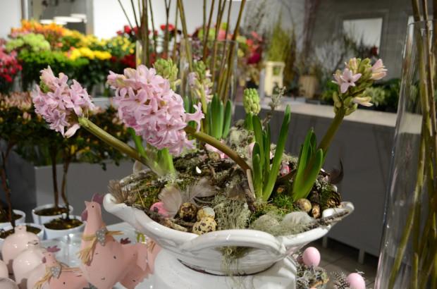 Efektowna kompozycja - zarówno wiosenna, jak i (dzięki obecności przepiórczych jajeczek) wielkanocna. Podstawą kompozycji jest porcelanowa patera. Jej forma i kolor sprawiają, że dekoracja ma elegancki, odświętny charakter.