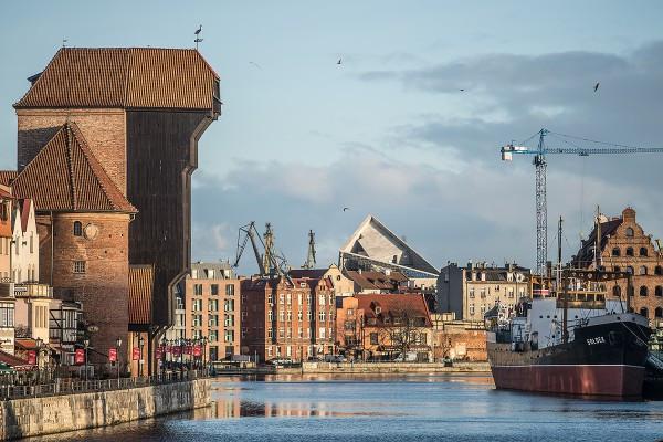 Wieża Muzeum II Wojny Światowej - widok z Zielonego Mostu na część fasady, która będzie przeszklona. W kwietniu wieża zyska czerwony kolor.