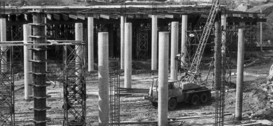 Wiadukt pomiędzy ulicą Okopową a Armii Krajowej budowano w 1977. Teraz gimna czeka na propozycje, jak go przebudować. Drugi wiadukt jest jeszcze starszy.