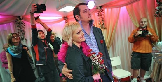 """Ślubom w Świątyni Miłości towarzyszy specyficzna ceremonia. Jeśli prowadzi ją Elvis Presley, wykonuje on m.in. piosenkę """"Love Me Tender""""."""