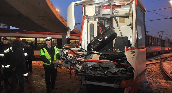 Tramwaj zderzył się z ciężarówką na skrzyżowaniu ul. Okopowej i ul. Podwale Przedmiejskie.