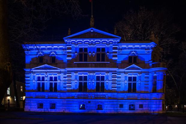 Budynek Radio Gdańsk już wczoraj, 1 kwietnia, oświetlony był na niebiesko. Dzisiaj takich budynków będzie w Trójmieście więcej, m.in. ECS i Infobox.