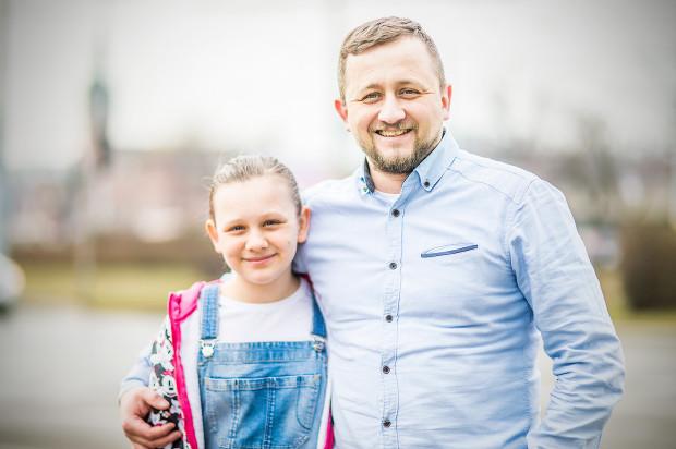 """Zuzia Harapkiewicz, uczestniczka programu """"Masterchef Junior"""", z tatą Wojciechem Harapkiewiczem, szefem kuchni z Trójmiasta."""