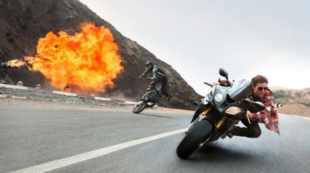 """Widowiskowych elementów nie brakuje. W scenie z samolotem udział wziął sam Tom Cruise, który nie korzystał z kaskadera. Rolę Ethana Hunta okupił ostatecznie kilkoma kontuzjami podczas zdjęć do """"Rogue Nation""""."""