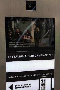 """Multimedialny kiosk, w którym z wirtualnych liter można było ułożyć słowo """"solidarność"""" w 23 językach, stanął obok historycznej bramy do stoczni."""