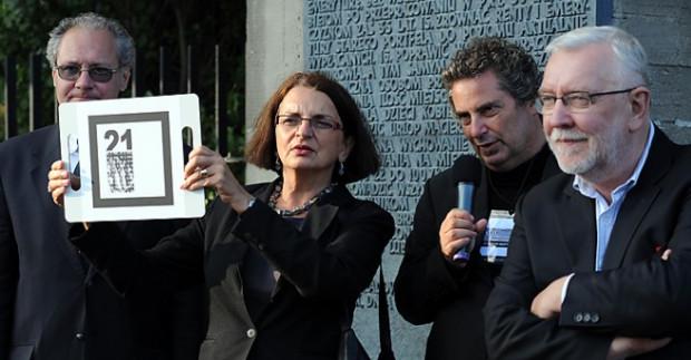 """Małgorzata Rybicka, żona Arkadiusza Rybickiego, któremu dedykowano akcję """"Obywatel Solidarność"""" wzięła udział w performance opartym na technologii rozszerzonej rzeczywistości i ułożyła wirtualne słowo """"solidarność""""."""