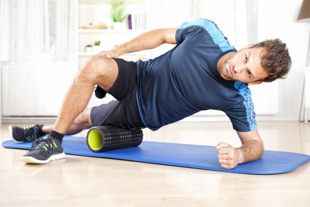 Regularny kilkunastominutowy masaż rollerem może zbawiennie wpłynąć na nasze mięśnie. Nie tylko rozluźnia napięcia i przyspiesza regenerację po treningu, ale i działa prewencyjnie na kontuzje mięśniowe.