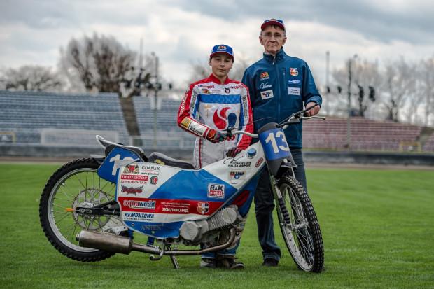 Karol Żupiński (z lewej) to nadzieja trenera Grzegorza Dzikowskiego (z prawej) na medal IMŚ oraz IME w klasie 125 ccm. W przyszłym roku 14-latek ma podejść do licencji żużlowej i pełnoprawnie ścigać się na motocyklach o pojemności 500 ccm.