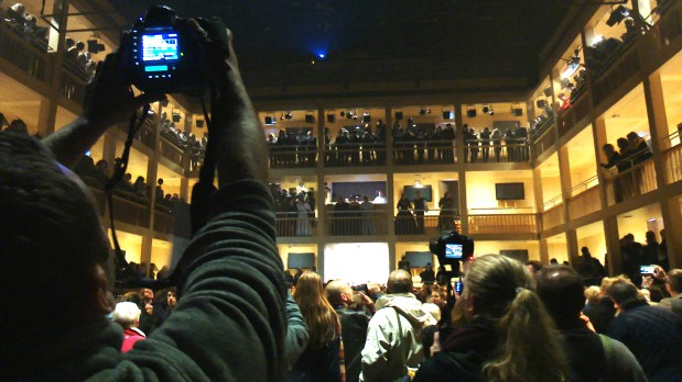 Końcowym elementem widowiska w Gdańskim Teatrze Szekspirowskim było otwarcie na oścież dachu w sali głównej.