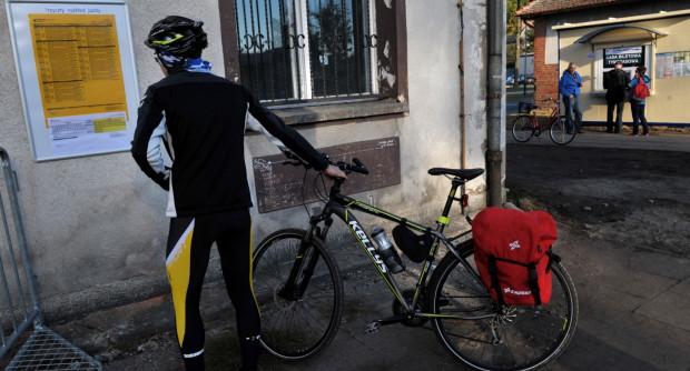 Czy rowerzyści są mile widziani w PKM? Operator linii tłumaczy, że tak, ale doświadczenia pasażerów mówią co innego.