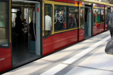 Berlińska S-Bahn (odpowiednik SKM). Tutaj wsiadanie do pojazdu nie sprawia nikomu problemu. Peron i podłoga w pociągu są idealnie dopasowane.