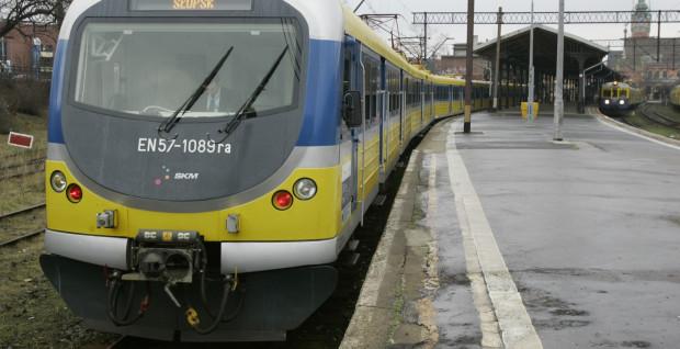 SKM wciąż nie może zdecydować się czy będzie koleją miejską, dostosowaną do peronów wysokich, czy obsługującą także stacje podmiejskie z niskimi peronami. Z tego powodu nawet zmodernizowane jednostki wciąż są nieprzystosowane do potrzeb podróżnych.