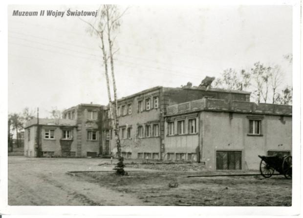 Budynek Nowych Koszar po walkach.