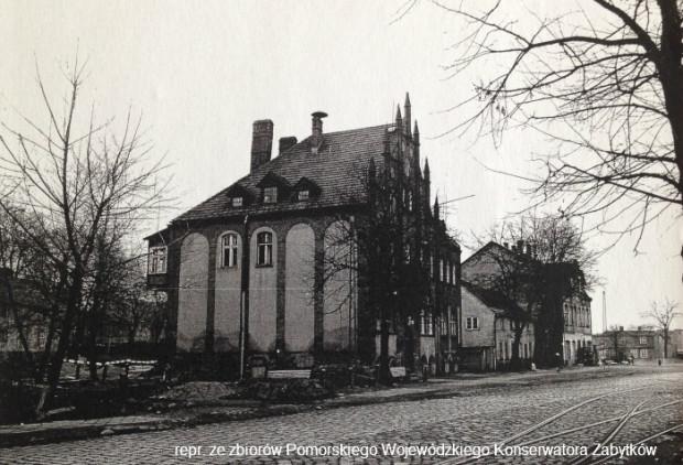 Zdjęcie z początku lat 70. ubiegłego wieku. W neogotyckim budynku mieścił się wtedy Komisariat Milicji Obywatelskiej.