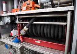 30-metrowy wąż strażacki z prądownicą pistoletową.