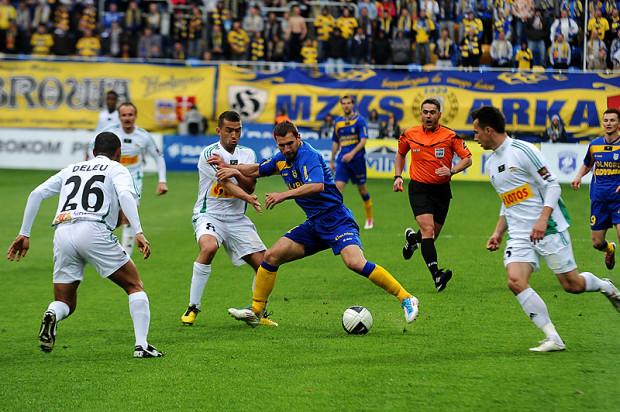 Ostatnie derby Arki i Lechii w ekstraklasie miały miejsce 1 maja 2011 roku. Wówczas w Gdyni padł remis 2:2 po bramce dla gości w doliczonym czasie gry. Na zdjęciu od lewej: Deleu, Łukasz Surma, Tadas Labukas i Krzysztof Bąk podczas akcji ze wspomnianego meczu.