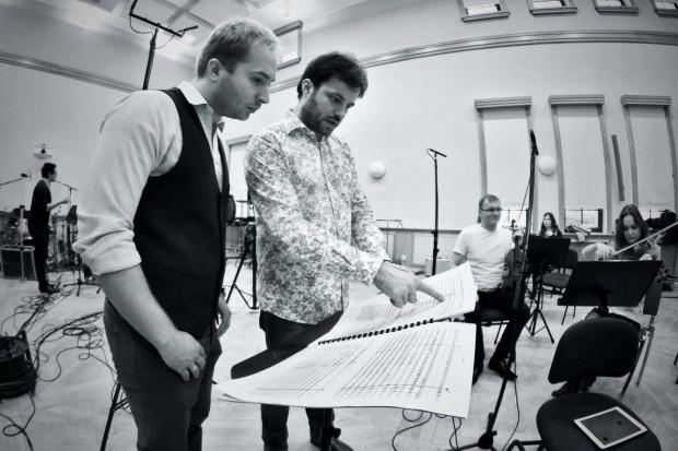 """Kompozytor Beniamin Baczewski oraz dyrygent Łukasz Borowicz podczas sesji nagraniowej płyty """"A Tribute to Benny Goodman""""."""