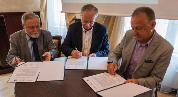Podpisywanie wspólnego pisma z apelem do włodarzy. Od lewej: Jan Kosiedowski, Zbigniew Canowiecki oraz Franciszek Rogowicz.