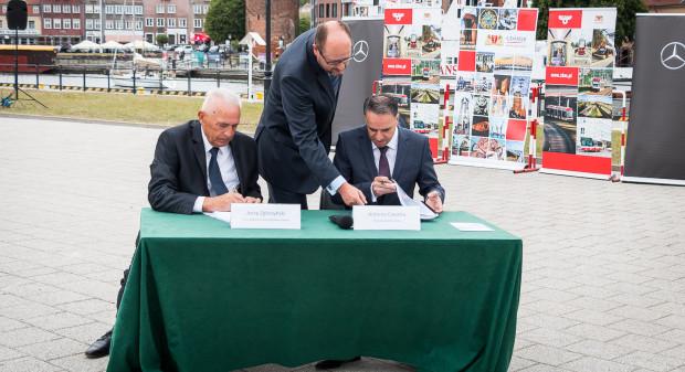 Podpisywanie umowy na dostawę nowych autobusów dla Gdańska. Od lewej: Jerzy Zgliczyński (prezes zarządu ZKM Gdańsk), Paweł Adamowicz (prezydent Gdańska) oraz Antonio Cavotta (prezes zarządu Evo Bus Polska).