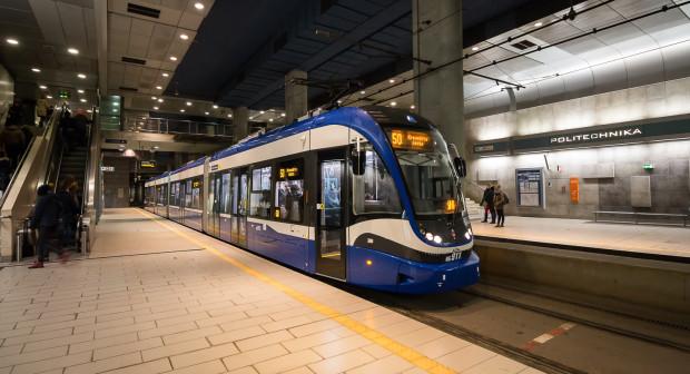 """Niewykluczone, że wśród nowych tramwajów pojawią się też pojazdy o długości ponad 40 metrów. Nz. ponad 42-metrowa Pesa Twist """"Krakowiak"""" na trasie Krakowskiego Szybkiego Tramwaju."""