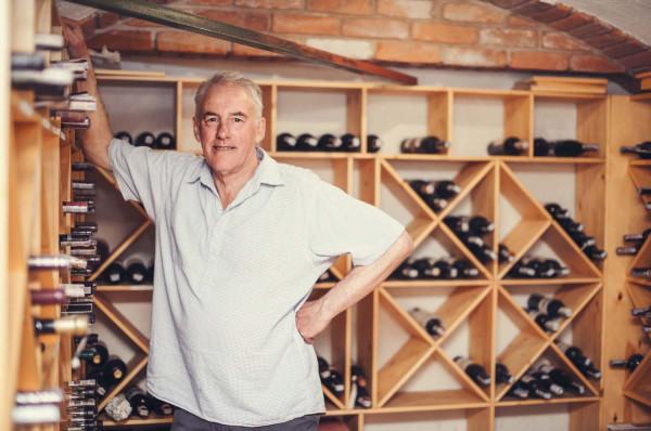John Borrell w piwniczce z winami w Kania Lodge. Zebrane tu trunki pochodzą z kilkunastu krajów, a rocznikowo potrafią sięgać nawet dwóch dekad wstecz. Miesięcznik Wine Spectator już pięć razy wyróżnił ten zbiór jako jeden z najbardziej wyjątkowych na świecie.