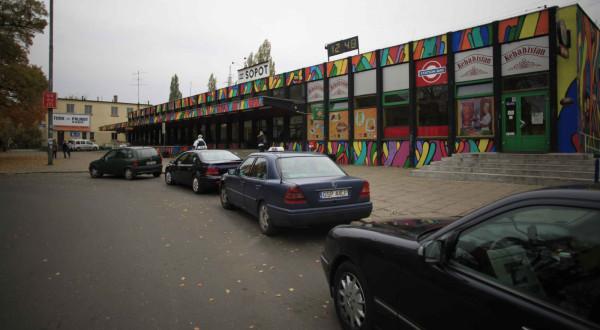 Dawny postój taksówek na ul. Dworcowej. Obecnie w jego miejscu jest kompleks handlowo-dworcowy Sopot Centrum.