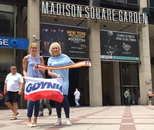 Trener Katarzyna Dydek (z prawej) i Carolyn Swords przed mekką koszykówki, nowojorską halą Madison Square Garden.