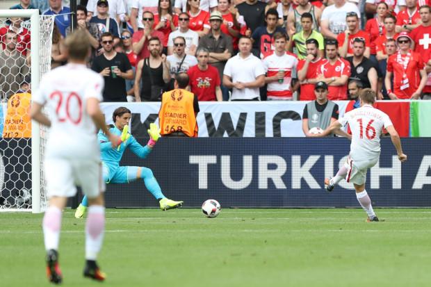 Jakub Błaszczykowski strzela gola Szwajcarii w 1/8 finału Euro 2016. Potem dołożył kolejnego w serii rzutów karnych, a awans do ćwierćfinału przypieczętował Grzegorz Krychowiak.