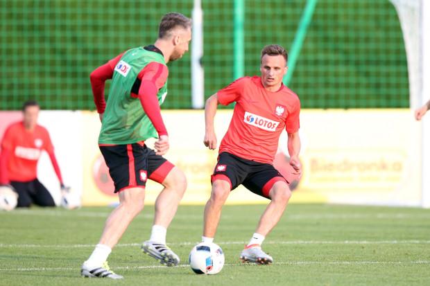 Lechia do sezonu musi przygotowywać się bez Jakuba Wawrzyniaka (z lewej) i Sławomira Peszko (z prawej), którzy przebywają we Francji z reprezentacją Polski. Gdański klub za ich nieobecność otrzyma jednak sowitą rekompensatę.