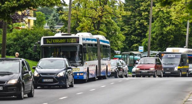 Buspas na ul. Rolniczej na Witominie pozwoliłby zaoszczędzić czas kierowcom i pasażerom autobusów, które teraz stoją w korkach.
