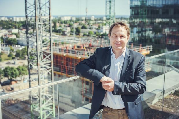 Maciej Grabski, prezes Olivia Business Centre na tle powstającego właśnie najwyższego budynku w Trójmieście.