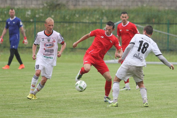 Rafał Wolski (z piłką) w sparingu z Chojniczanką asystował przy golu Marco Paixao.