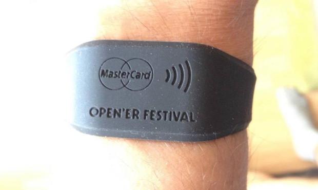 Tak wyglądały opaski - element oficjalnego systemu płatniczego na terenie festiwalu.