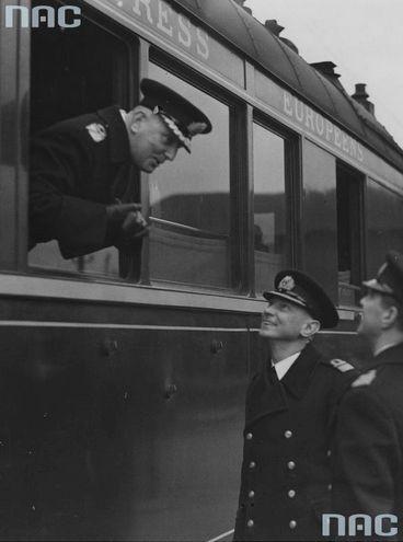 Wyjazd polskiej delegacji na pogrzeb brytyjskiego króla Jerzego V. Pożegnanie na Dworcu Głównym w Warszawie. Kontradmirał Józef Unrug (w oknie wagonu) rozmawia z oficerami Marynarki Wojennej.