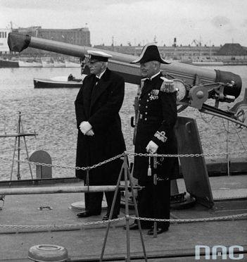 """Prezydent RP Ignacy Mościcki (z lewej) i kontradmirał Józef Unrug (z prawej) na ORP """"Mazur"""" podczas obchodów Święta Morza w 1937 r."""