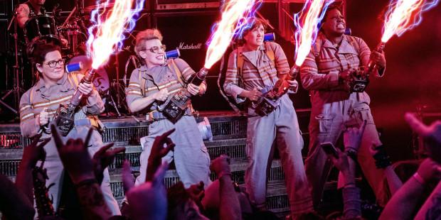 """Największą zaletą nowych """"Ghostbusters"""" jest dynamiczne tempo akcji, przemyślana fabuła i spora dawka żartów, zarówno słownych, jak i sytuacyjnych. Dodatkowym smaczkiem są nawiązania do oryginału i mnóstwo ukrytych śladów lat 80. Miła laurka wystawiona Ivanovi Reitmanowi i starej ekipie pogromców duchów."""