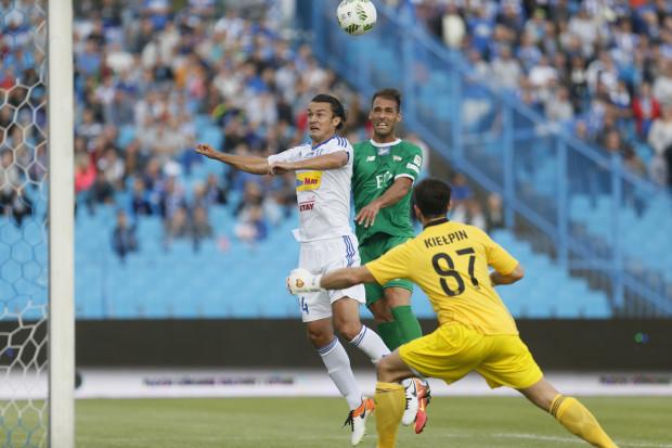 W tej sytuacji Marco Paixao (w środku) zdobył pierwszą bramkę sezonu 2016/17 w piłkarskiej ekstraklasie.